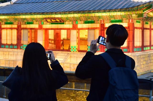 Des visiteurs au Festival des lanternes de Séoul,... (PHOTO JUNG YEON-JE, ARCHIVES Agence France-Presse)