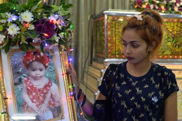 La mère du bébé tué pose à côté... (PHOTO REUTERS)
