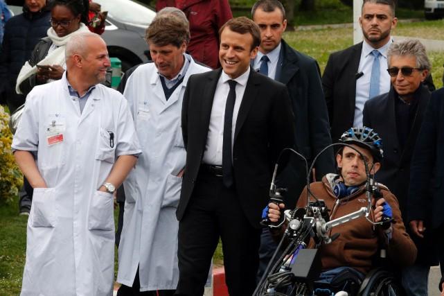 Emmanuel Macron s'est entretenu mardi avec des médecins... (PHOTO AFP)