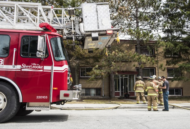 Un feu de cuisson a endommagé un logement de la rue Larocque mardi après-midi à... (Spectre Média, Jessica Garneau)