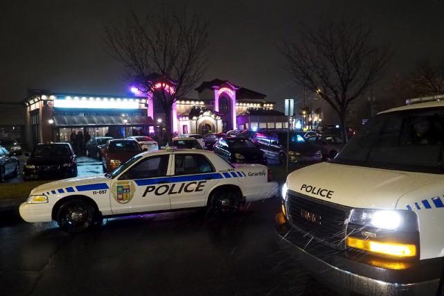Opération policière au St-Ambroise de Granby. photo La...