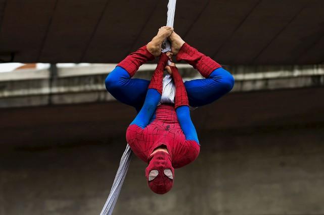 «Spiderman»se balance d'un côté à l'autre et s'accroche... (AFP, Raul Arboleda)