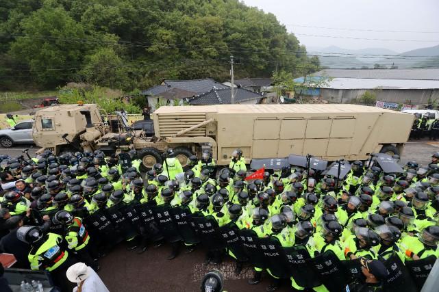 L'arrivée des véhicules militaires a donné lieu à... (Photo Kim Jun-beom, agence Yonhap)