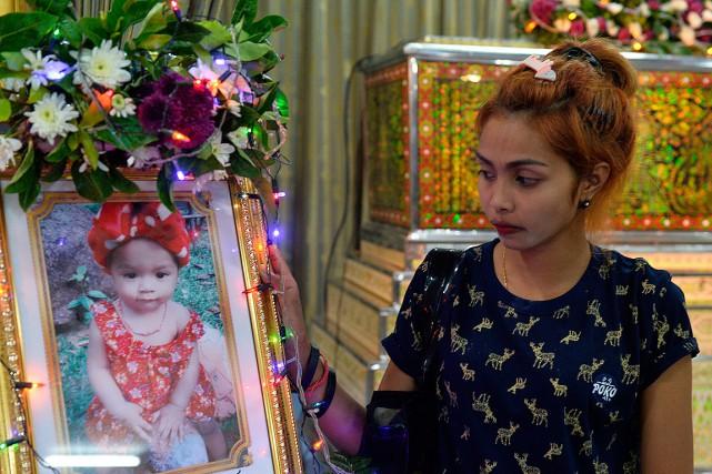 Le mère de l'enfant, photographiée lors des funérailles... (Sooppharoek Teepapan, REUTERS)