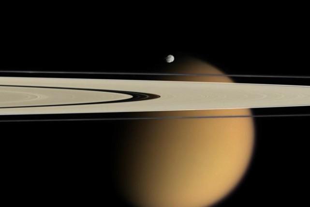Vue de Titan au-delà des anneaux de Saturne... (Photo fournie par la NASA)