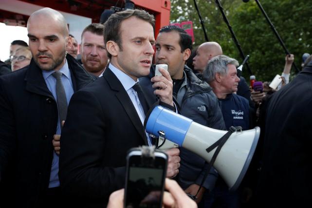 Emmanuel Macron a utilisé un mégaphone pour s'adresser... (PHOTO REUTERS)