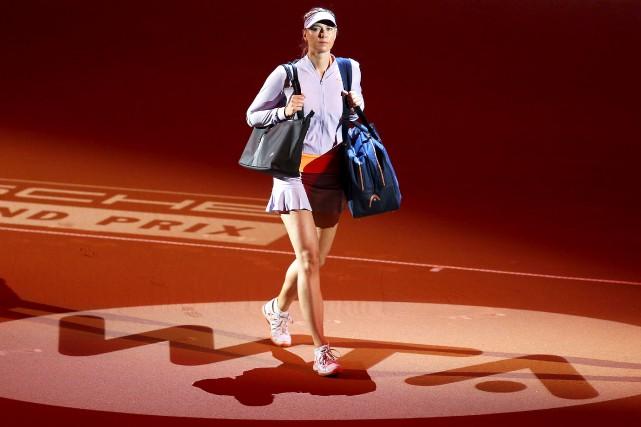 Maria Sharapova à son entrée mercredi sur le... (AP, Michael Probst)