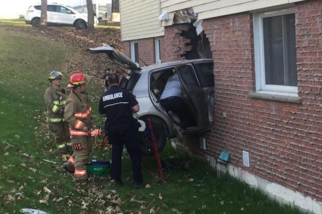 Une automobiliste de 75 ans s'est sortie indemne d'un accident où elle a foncé... (Spectre Média, Julien Chamberland)