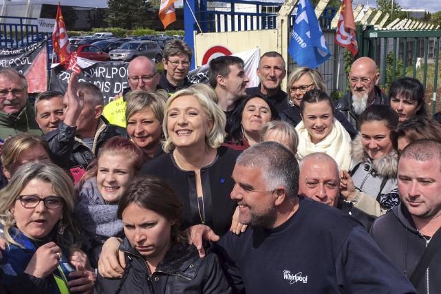Accueillie par des sourires, Marine Le Pens'est fait... (AFP)