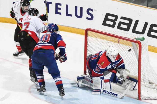 Samuel Dickner (17) a porté la marque à... (fournie par Hockey Canada, Matthew Murnaghan)