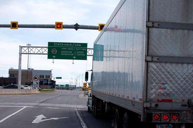 Un camion s'apprête à traverser la frontière américaine... (Christinne Muschi, REUTERS)
