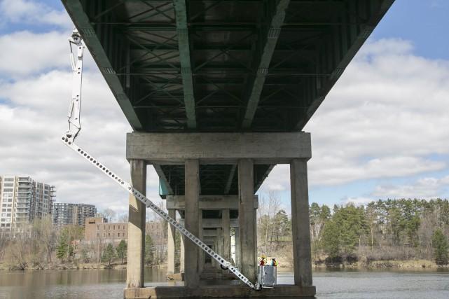Les cyclistes qui ont hâte de traverser le pont Jacques-Cartier sur le nouveau... (rene marquis)