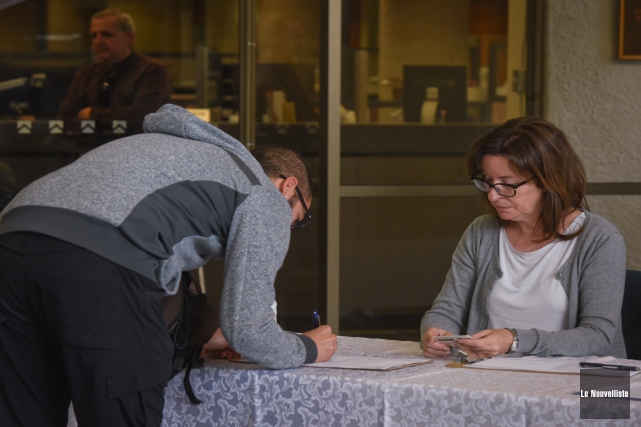 Quelque 1469citoyens ont signé leregistre relativement au règlement... (François Gervais, Le Nouvelliste)
