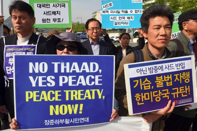 Des Sud-Coréens ont manifesté contre le déploiementdu système... (PHOTO JUNG Yeon-Je, AFP)