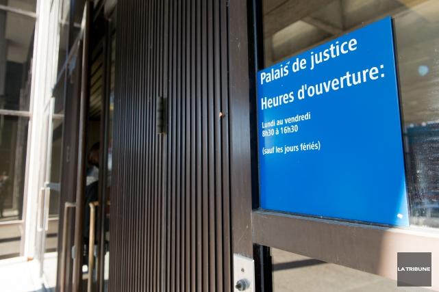 Quatre des cinq accusés qui auraient trempé dans une affaire de vol qualifié à... (Archives La Tribune, Jessica Garneau)