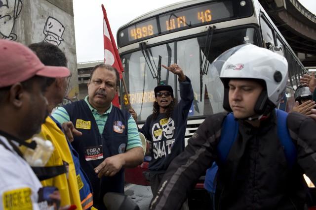 Sur la photo, des manifestants bloquent une avenue... (Photo Silvia Izquierdo, AP)