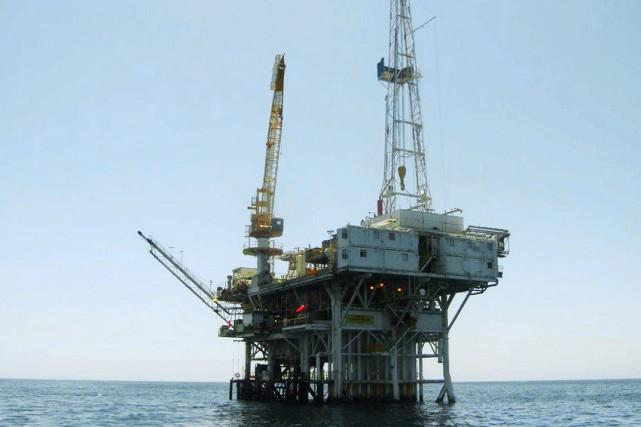 Sur la photo, une plateforme pétrolière au large... (Photo State Lands Commission via AP)