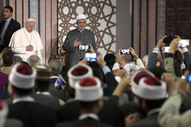 Le pape François a été accueilli par le... (Photo L'Osservatore Romano via AP)