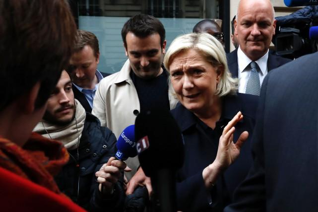 Marine Le Pen a exhorté vendredi les partisans... (Photo Patrick Kovarik, AFP)