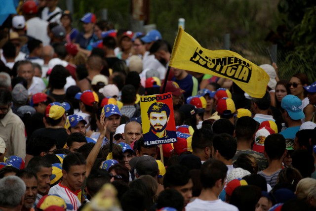 Arborant des t-shirts à l'effigie de Leopoldo Lopez... (Photo Marco Bello, REUTERS)