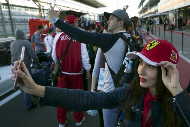 Des amateurs se prennent en photo à l'Autodrome... (AP, Pavel Golovkin)