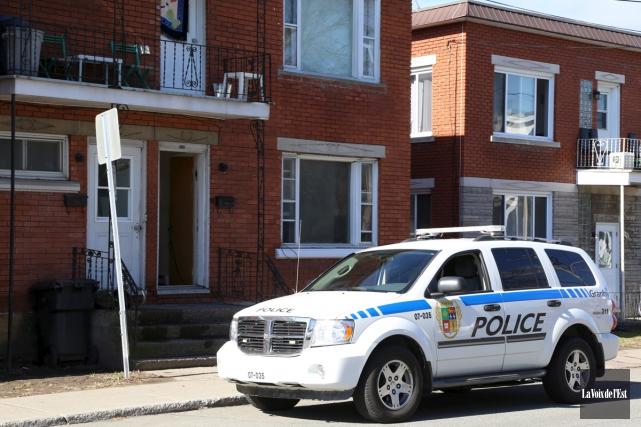 Les policiers ont finalement réalisé trois perquisitions jeudi... (Janick Marois, La Voix de l'Est)