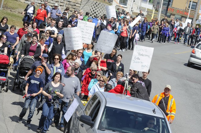 Plus de 100 personnes ont marché dans les... (Le Progrès, Gimmy Desbiens)