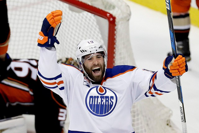 Patrick Maroon célèbre après avoir marqué le but gagnant.... (Photo Chris Carlson, ASSOCIATED PRESS)