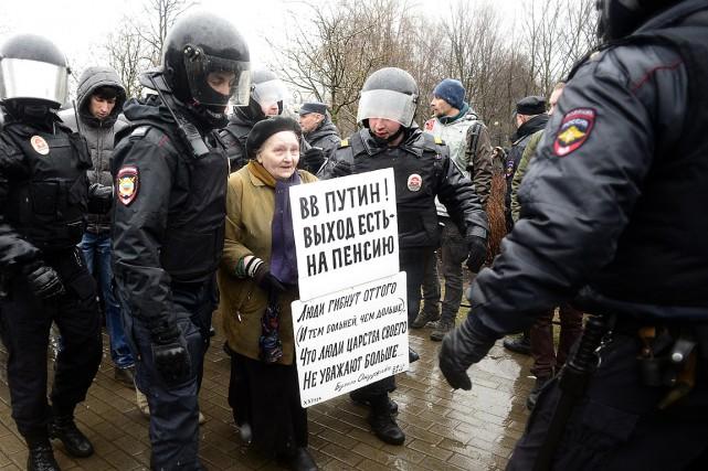 Des policiers ont arrêté près de 110activistes qui... (Photo Olga MALTSEVA, AGENCE FRANCE-PRESSE)