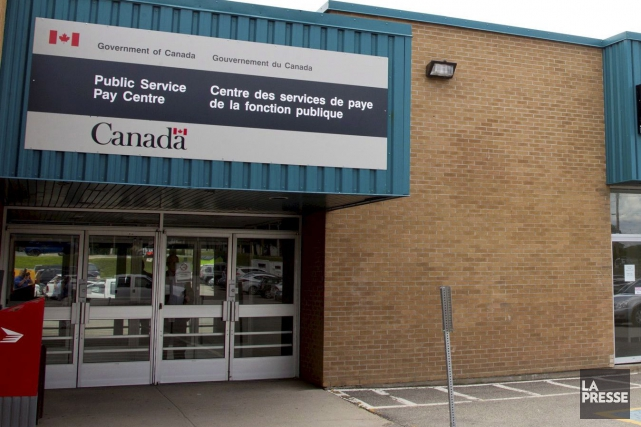 Ottawa multiplie les incitatifs pour convaincre des employés de venir, ou... (PHOTO Ron Ward, archives La Presse canadienne)
