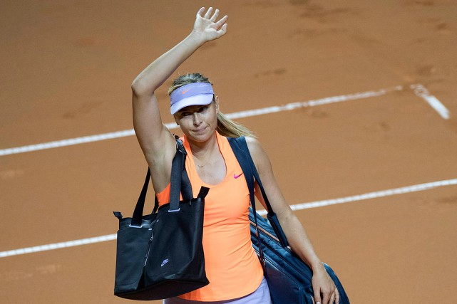 Maria Sharapova salue la foule avant de quitter... (PHOTO THOMAS KIENZLE, AGENCE FRANCE-PRESSE)