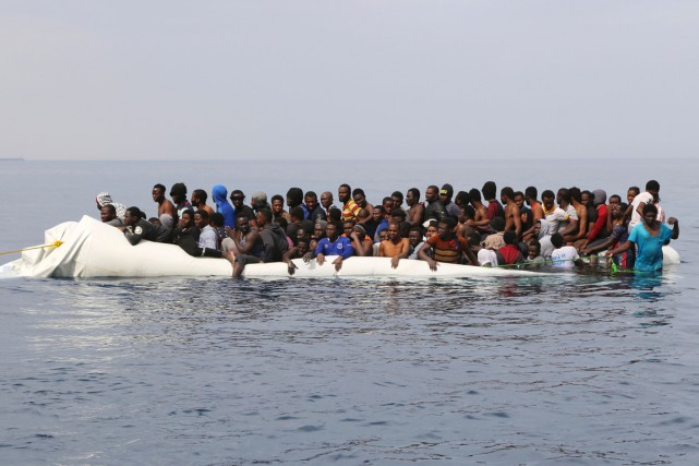 Des migrants attendent d'être secourus, au large de... (PHOTO ABDULLAH ELGAMOUDI, ARCHIVES AGENCE FRANCE-PRESSE)