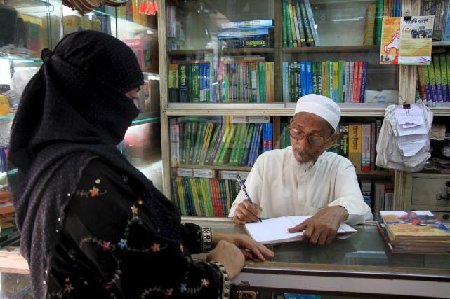 Le romancier bangladais Kasem bin Abubakar signe un... (AFP)