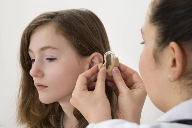 Selon Statistiques Canada, la perte auditive touche au... (123RF / Andriy Pop)