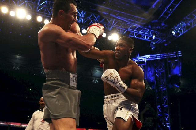 Le Britannique Anthony Joshua (à droite) a battu... (AP, Nick Potts)