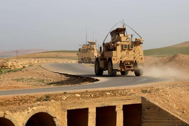 Des véhicules américains près de Raqa.... (PHOTO DELIL SOULEIMAN, ARCHIVES AGENCE FRANCE-PRESSE)