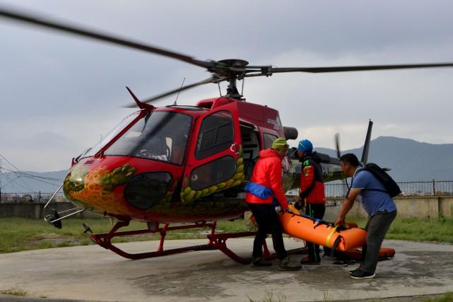 L'équipe de sauvetage népalaise ainsi que des amis... (AFP, Prakash Mathema)