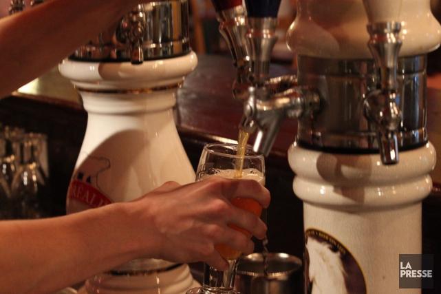 L'abus d'alcool coûte chaque année quelque 4milliards de... (PHOTO HUGO-SÉBASTIEN AUBERT, ARCHIVES LA PRESSE)