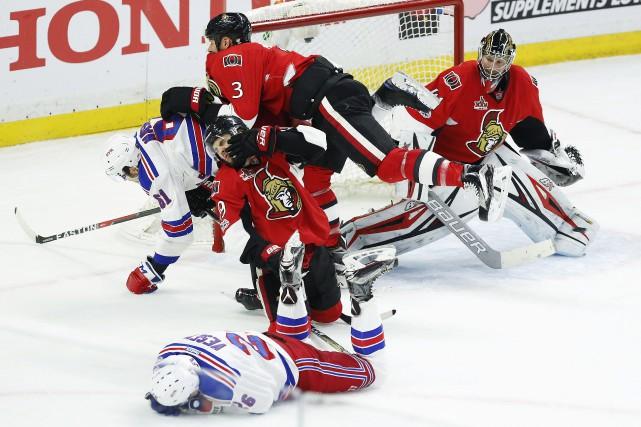 Devant le filet de Craig Anderson, Rick Nash... (Photo Fred Chartrand, La Presse canadienne)