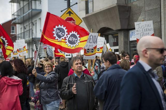 Une centaine de fonctionnaires ont manifesté à Shawinigan... (Olivier Croteau)