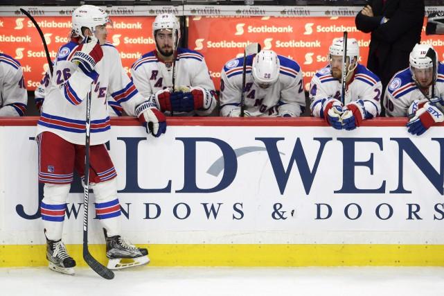 Les joueurs des Rangers étaient dépités après le... (La Presse canadienne, Adrian Wyld)
