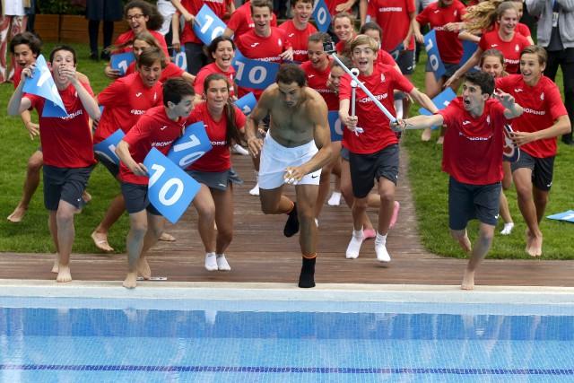 Rafael Nadal a célébré sa victoire sur l'ocre... (AP, Manu Fernandez)