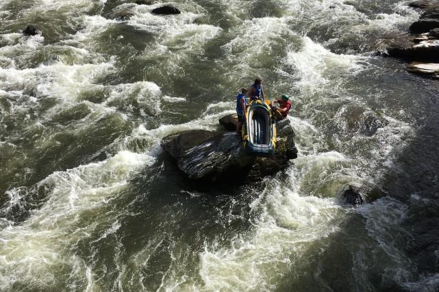 Trois jeunes hommes ont été extirpés des eaux... (Photo Yves Bourassa)