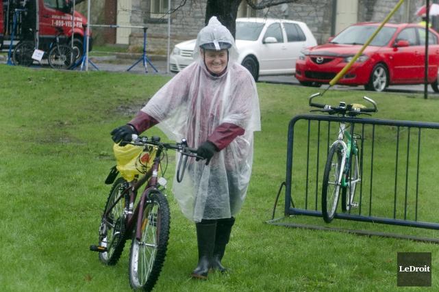 La pluie n'a pas empêché les cyclistes comme... (Martin Roy, Le Droit)
