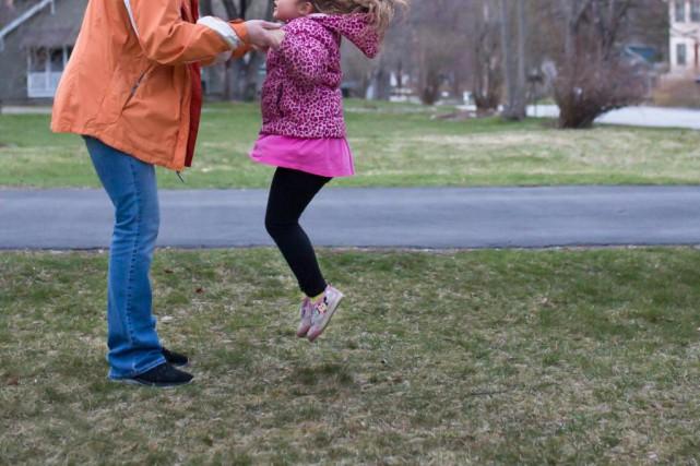 À la naissance des enfants, très souvent, les relations avec nos parents... (Photo The New York Times)
