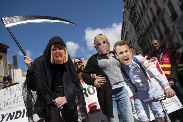 Des manifestants ont pris auxdéfilés du 1ermai, déguisés... (AFP, Bertrand Langlois)