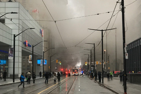 De la fumée s'échappait d'une grille d'aération et... (Photo tirée du compte Twitter de Frank Margani)