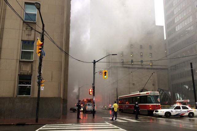 De la fumée s'échappait d'une grille d'aération et... (PHOTO ANNA MEHLER PAPERNY, REUTERS)