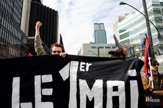 Des manifestants marchant dans les rues de Montréal... (PHOTO ALAIN ROBERGE, ARCHIVES LA PRESSE)