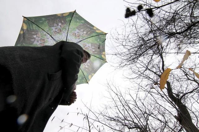 Le parapluie était de mise en avril alors... (Archives, La Tribune)